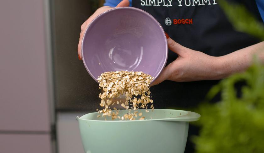 Für das Baked Oatmeal werden Haferflocken in eine Schüssel gegeben.