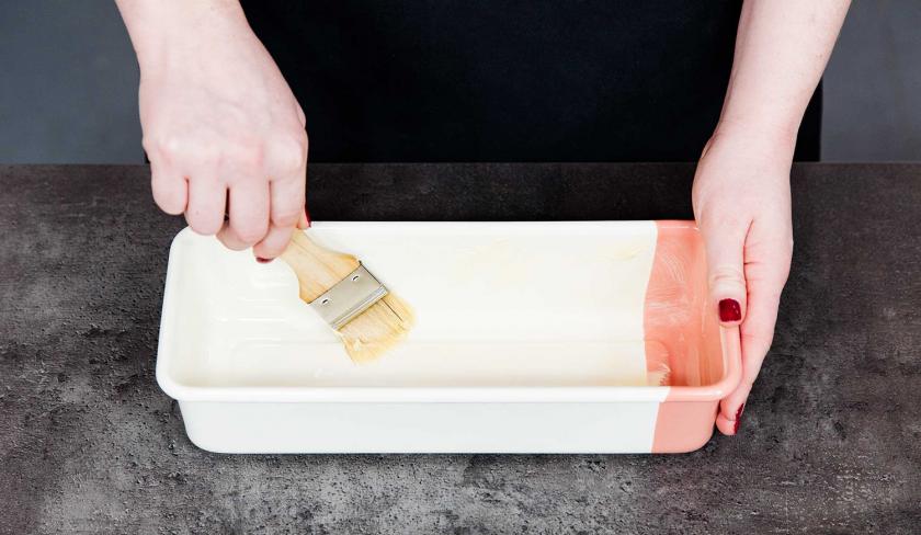Für das Banana Bread mit Cheesecake-Swirl wird eine Kastenform eingefettet.