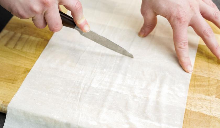 Für  die Bolognese-Törtchen mit Knusperteig wird Filoteig in Stücke geschnitten.
