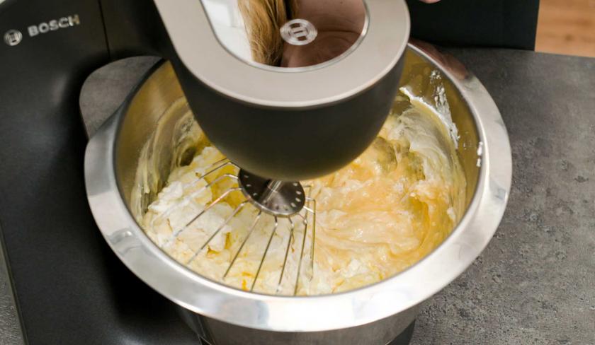 Für den Bratapfel-Käsekuchen wird eine Quarkmasse in einer Küchenmaschine gerührt.