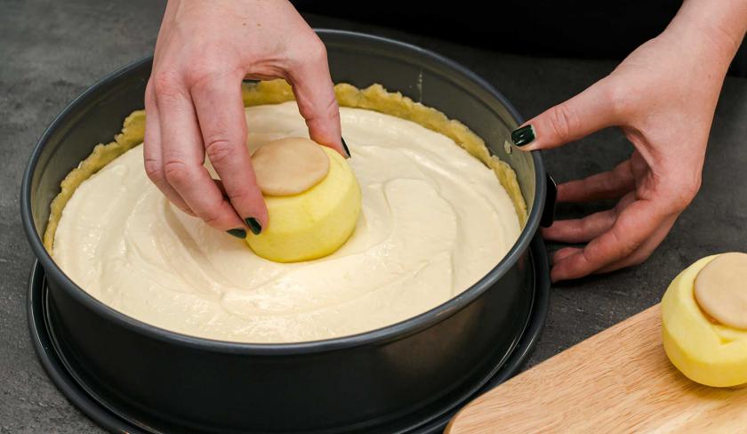 Für den Bratapfel-Käsekuchen wird ein Apfel in die Quarkmasse gesetzt.
