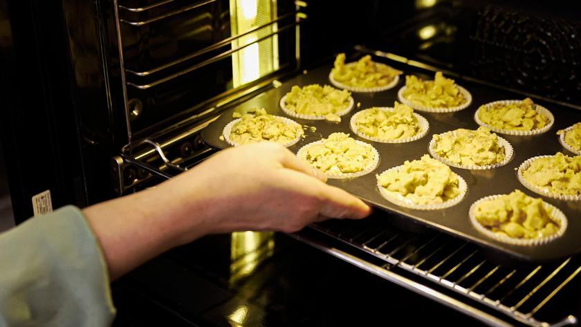 Bratapfelmuffins werden in den Ofen gegeben.