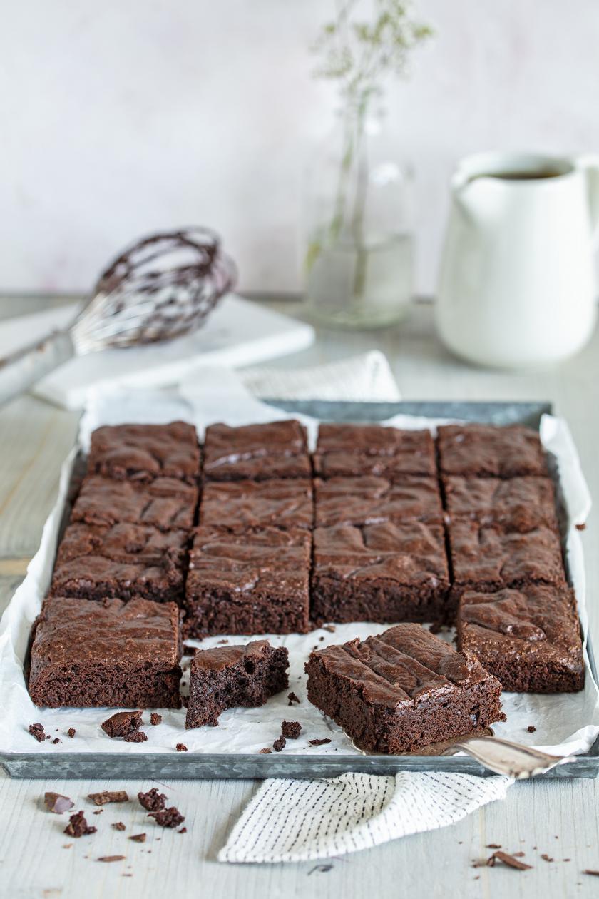 Brownies in Stücke geschnitten auf einem Backblech.