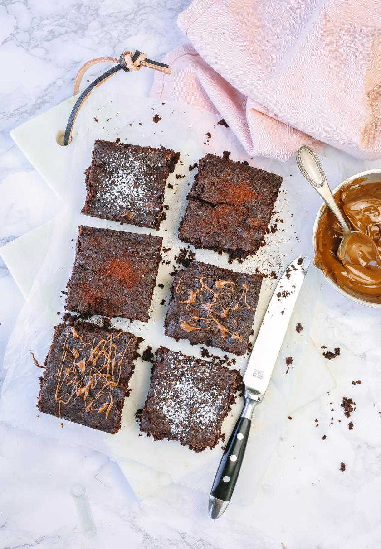 Vegane Brownies in sechs Stücke geschnitten.