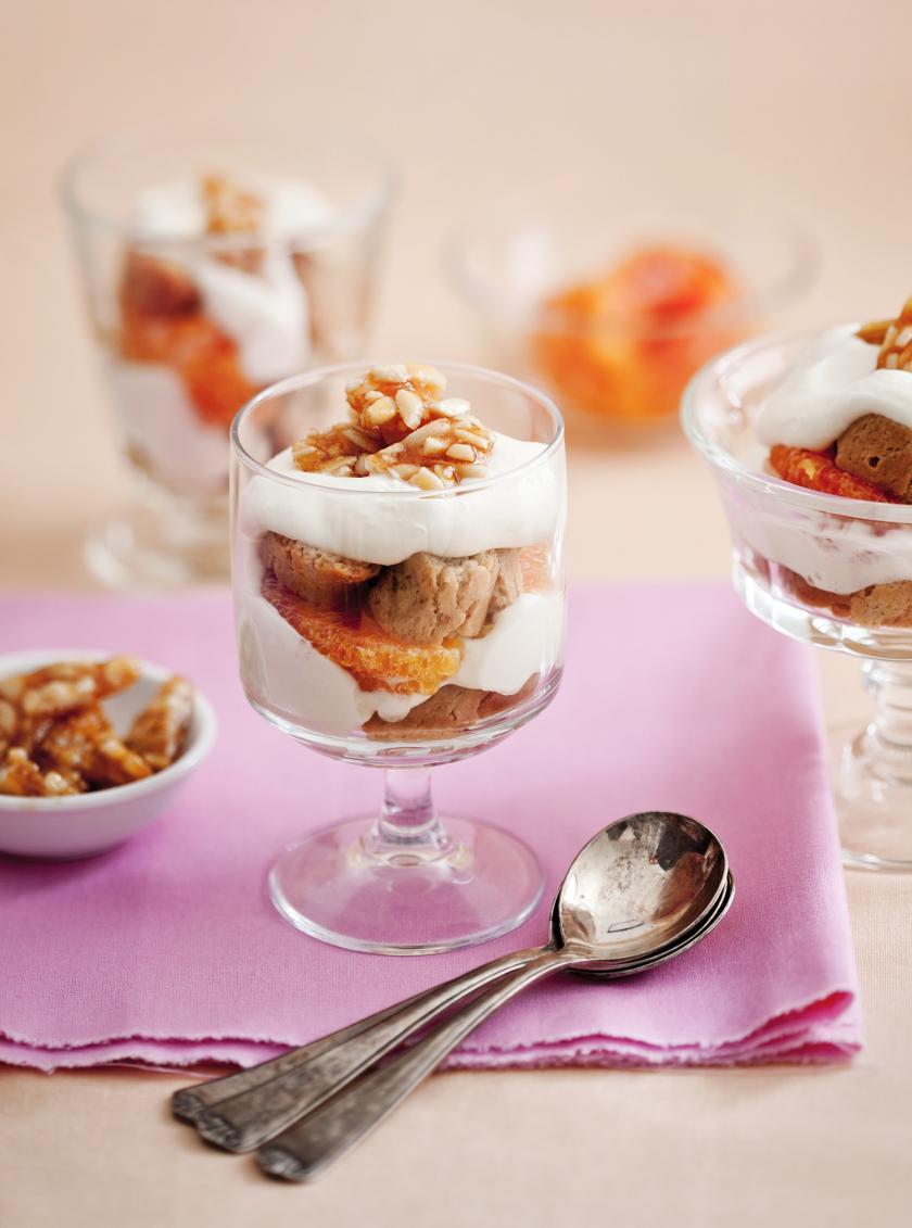 Cantuccini-Dessert in einem Glas mit Krokant.