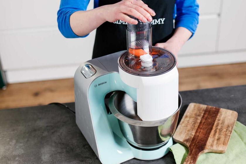 Für das Carrot Cake Porridge werden Möhren in einer Küchenmaschine geraspelt.