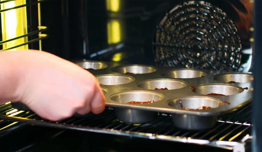 Die Crème Brulée Brownie Törtchen werden gebacken.