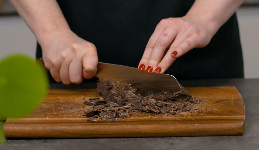 Für den Death by Chocolate wird Schokolade gehackt.