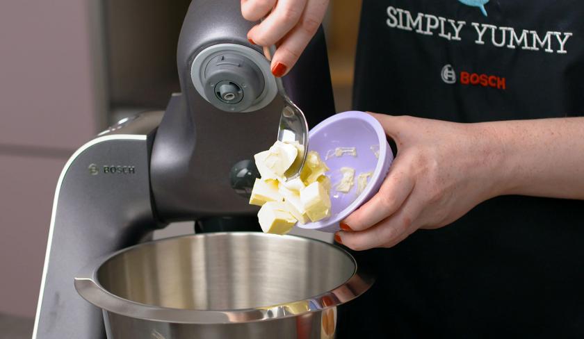 Für den Teig deines Death by Chocolate wird Butter in die Rührschüssel einer Küchenmaschine gegeben.