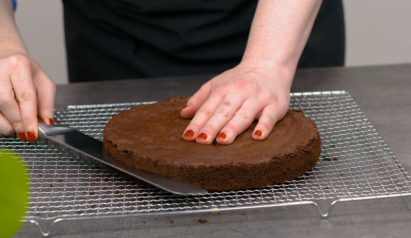 Der Boden für den Death by Chocolate wird waagerecht mit einem Messer geteilt.