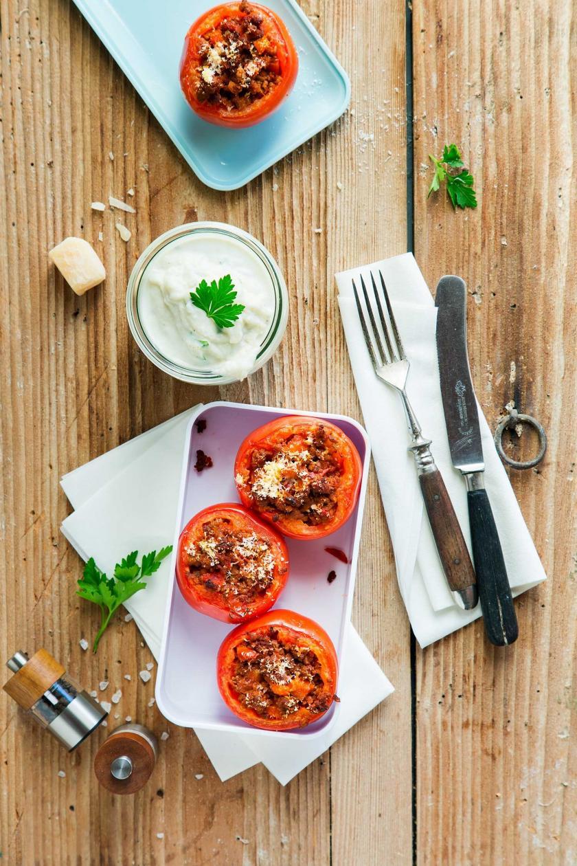 Gefüllte Tomaten Meal Prep Low Carb in einer Dose angerichtet.