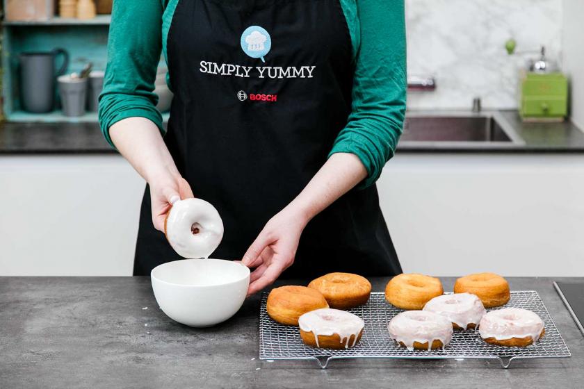 Donuts werden glasiert.