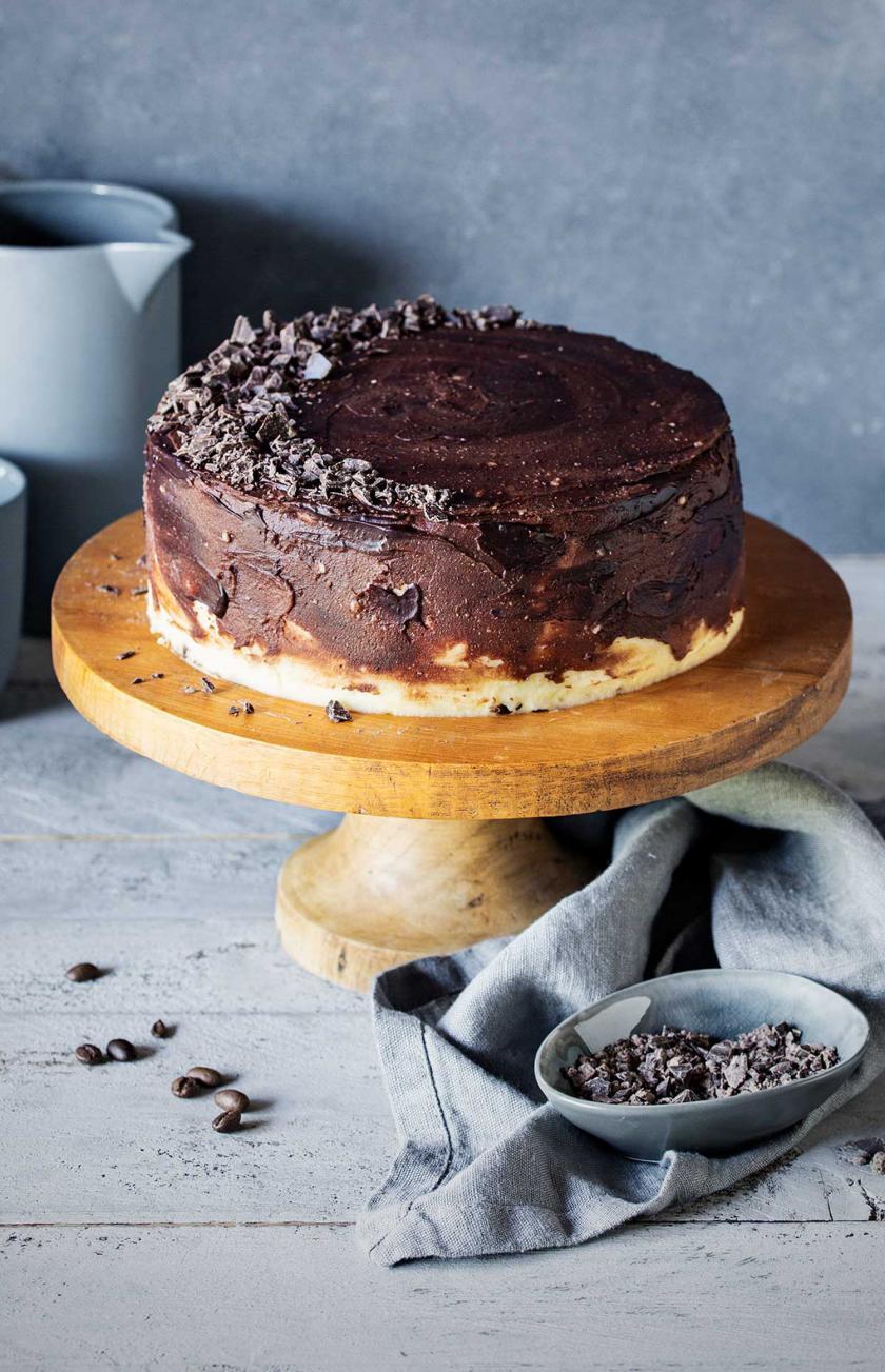 Eiskaffee-Torte auf einer Etagere.