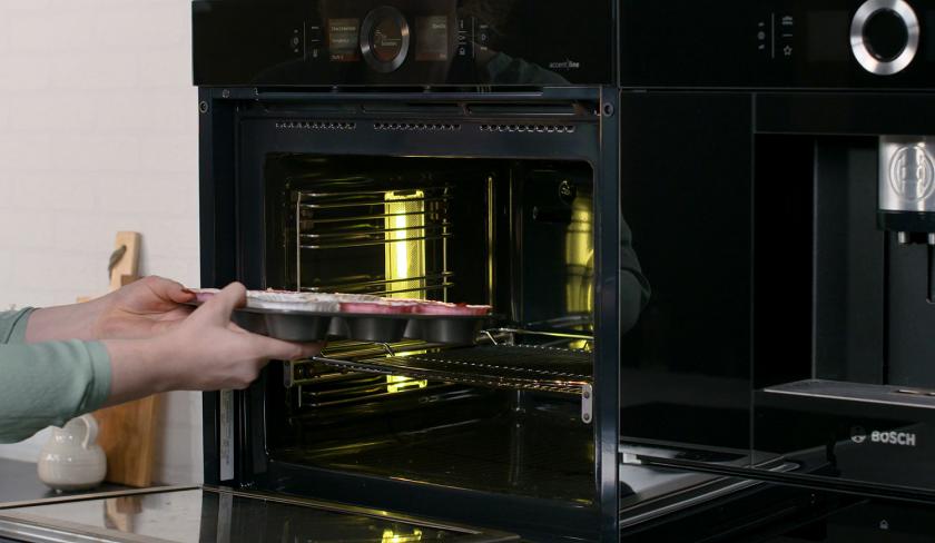 Die Erdbeer-Muffins werden in den Ofen gegeben.