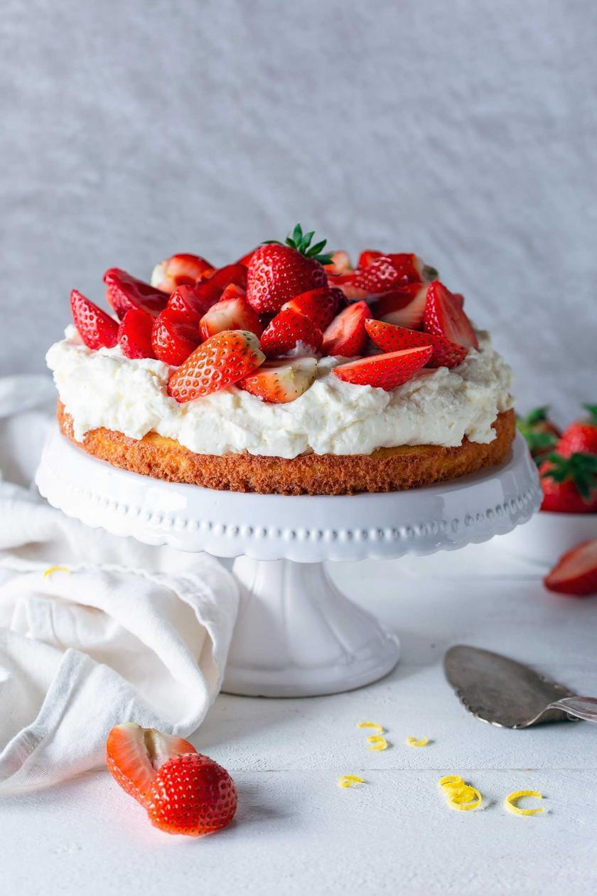 Erdbeerkuchen mit Mascarpone auf einer Kuchenplatte.