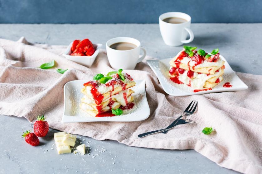 Zwei Stücke Erdbeerlasagne auf Tellern.