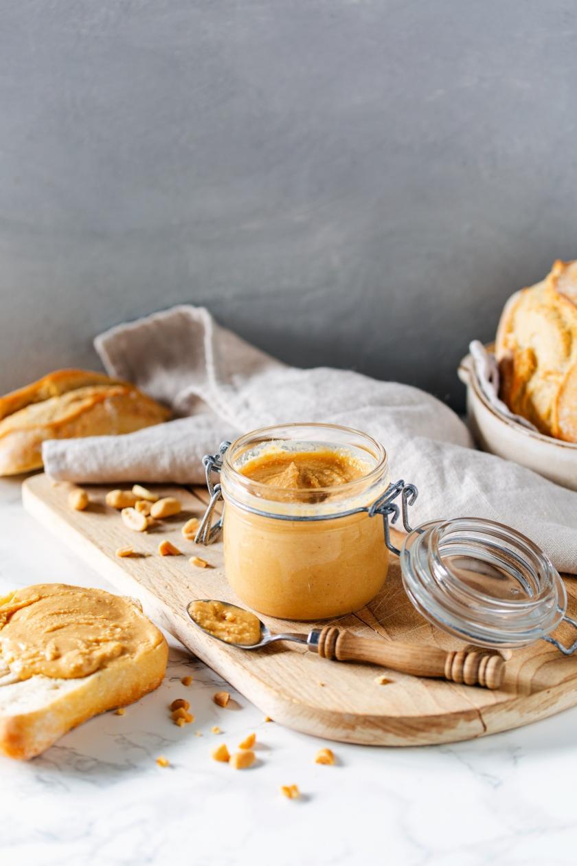 Erdnussbutter in einem Einmachglas serviert