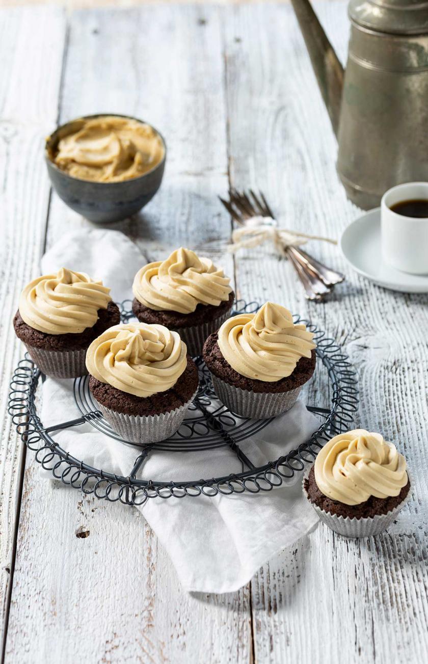 Mehrere Espresso-Muffins mit weißer Schokolade auf einem Kuchengitter.