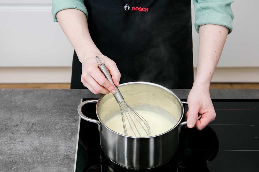 Für den Frankfurter Kranz wird Pudding gekocht.