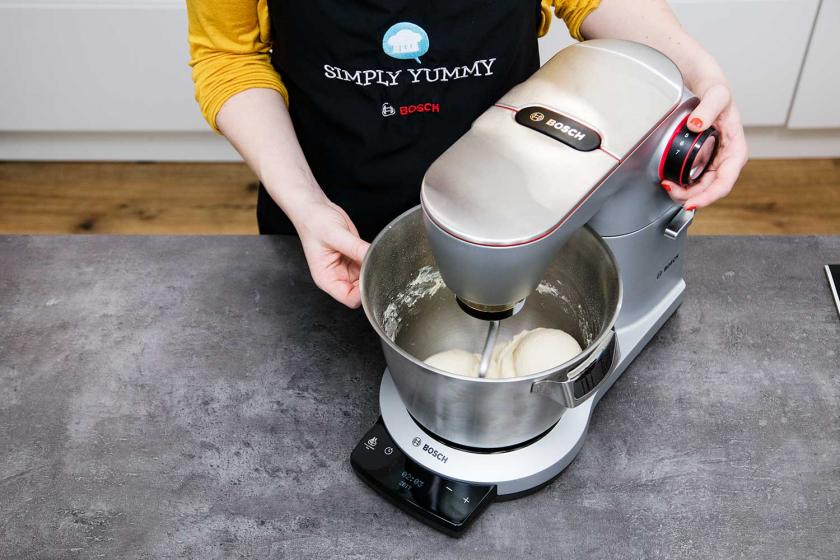 Für die Franzbrötchen wird Teig in einer Kühenmaschine geknetet.