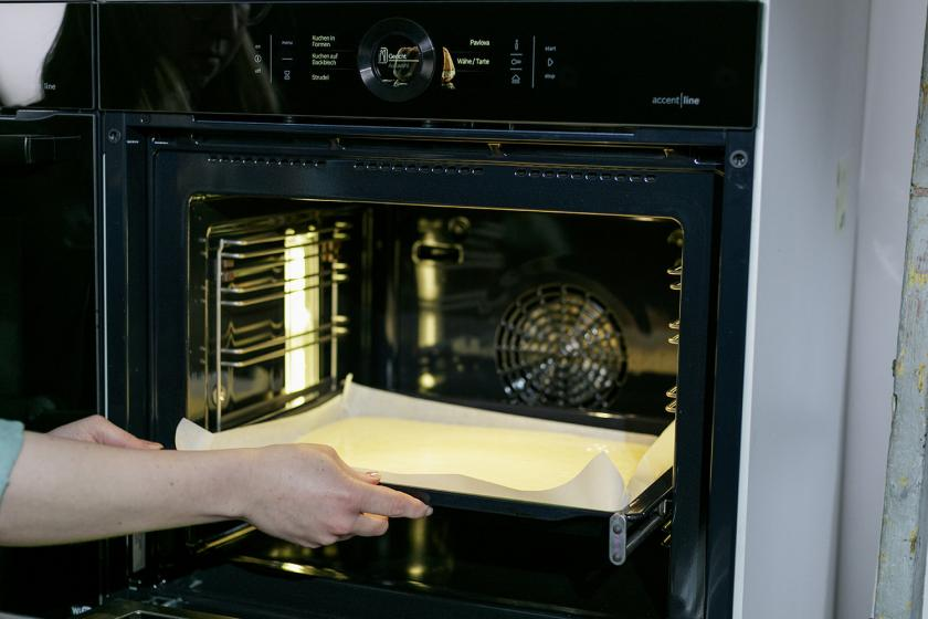 Der Teig für den Frau Holle Kuchen wird in den Ofen gegeben.