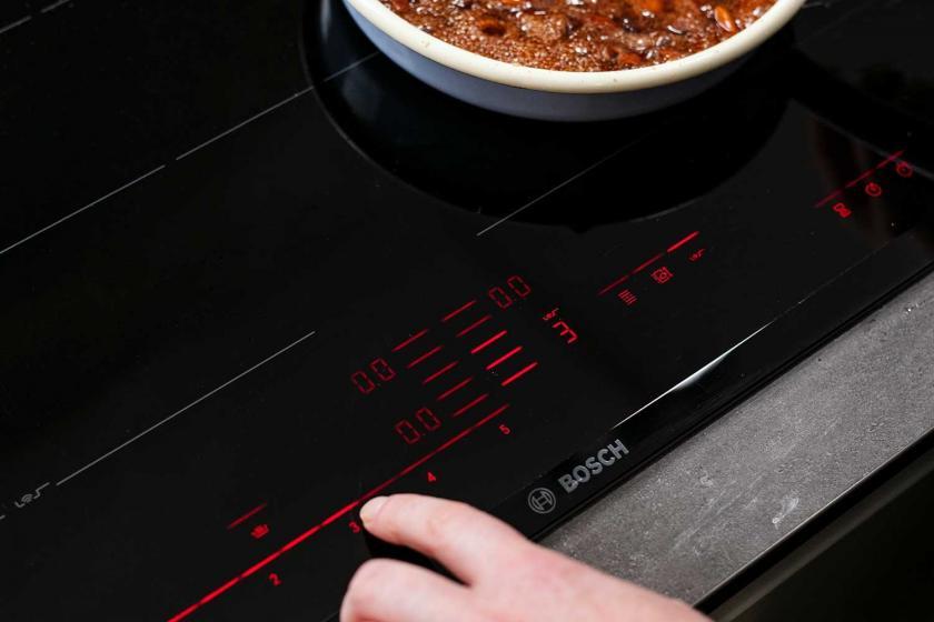 Die Hitze für die Zubereitung der gebrannten Mandeln wird heruntergeschaltet.
