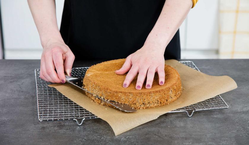 Für die Schichten der Giotto Torte wird der Biskuitboden mit einem Messer zerteilt.