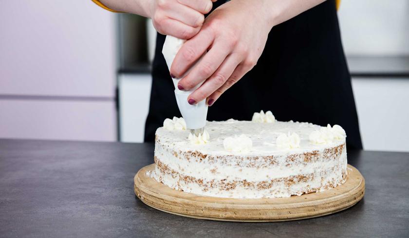 Die Giotto Torte wird mit Sahnetupfen verziert.