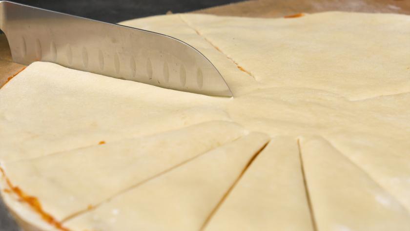 Der Teig für die Hefeblume mit rotem Pesto wird in 16 Streifen geschnitten.