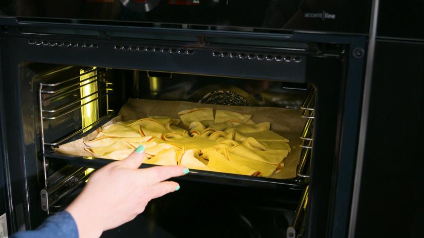 Die Hefeblume mit rotem Pesto wird in den Ofen gegeben.