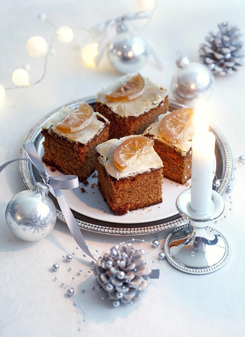 Honigkuchen vom Blech in Stücken auf einem Weihnachtsteller.