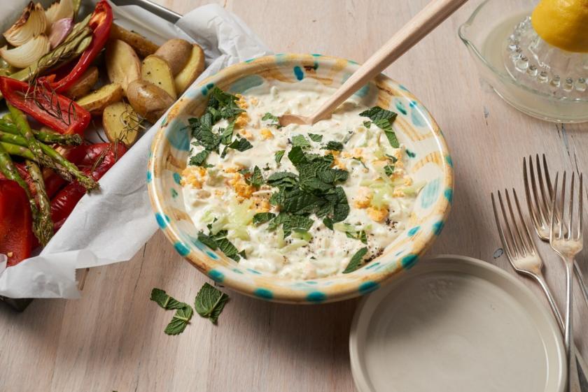 Joghurt-Eier-Dip in Schüssel, Ofengemüse in Auflaufform