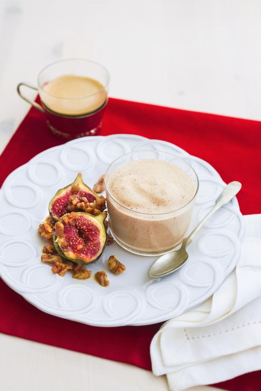Die Zimt-Zabaione wird im Glas serviert und angerichtet mit karamellisierten Feigen sowie Wallnüssen.