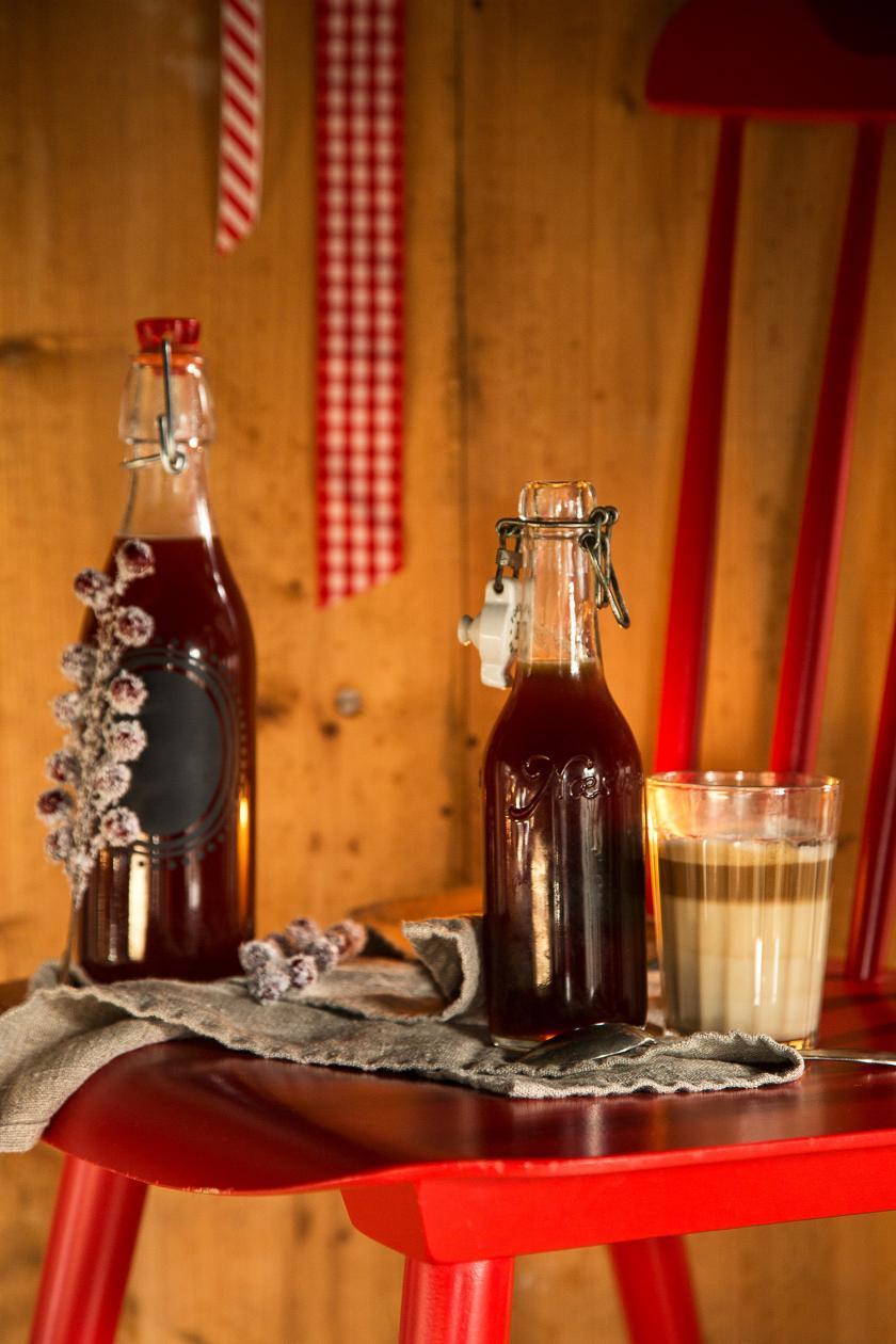 Karamellsirup für Kaffee in Flaschen auf einem Tisch.
