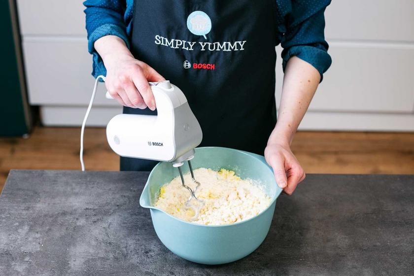Hefeteig für Kartoffelbrot wird mit einem Rührgerät geknetet.