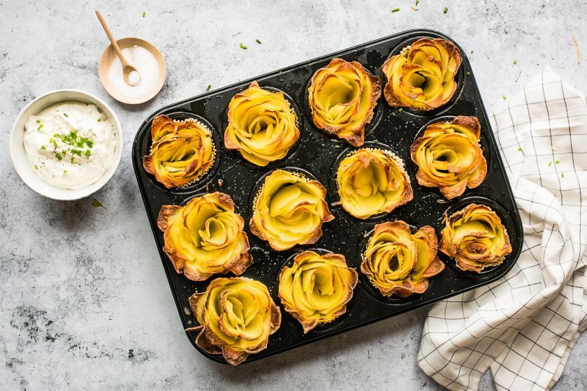 Zwölf Kartoffelrosen in der Form mit Sour Cream.
