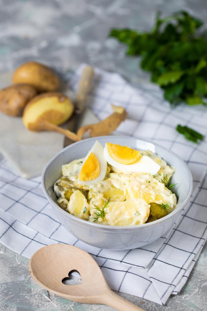 Kartoffelsalat mit Mayonnaise in einer Schale angerichtet.
