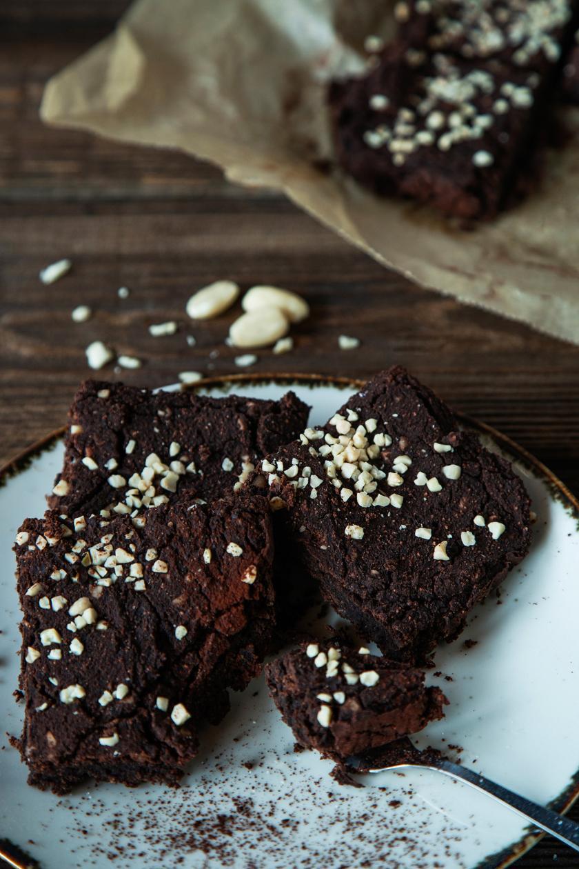 Mehrere Kidneybohnen-Brownies auf einem Teller gestapelt.