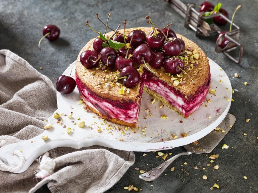 Kirsch-Quark-Torte angeschnitten auf einem Kuchenteller.