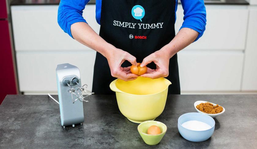 Für den Kladdkaka werden Eier in eine Rührschüssel gegeben.