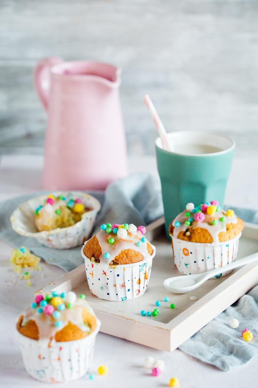 Drei Konfetti-Muffins auf einem Tablett.