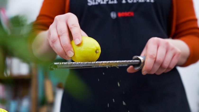 Für den Teig der Kuchen am Stiel wird Zitronenschale abgerieben.