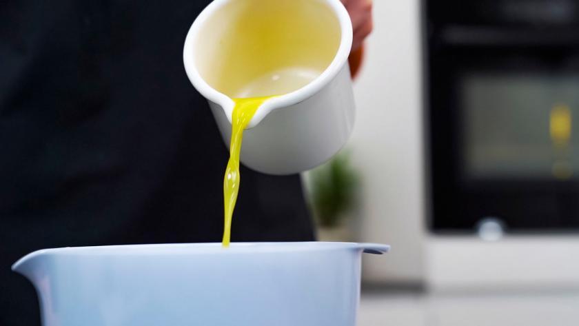 In den Teig für die Kuchen am Stiel wird Orangensaft geschüttet.