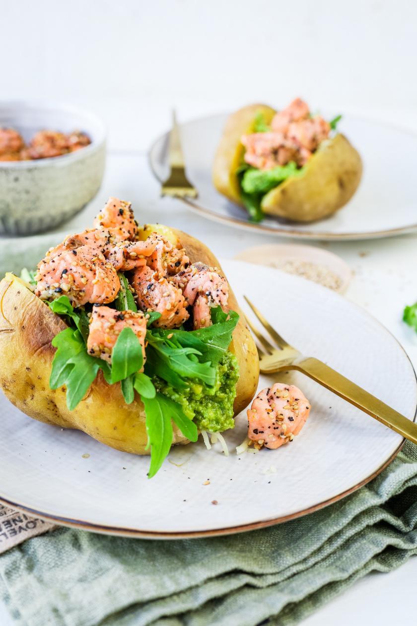 Kumpir mit Lachs und Avocadocreme ist auf einem Teller angerichtet.