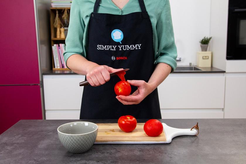 Für die Lahmacun Füllung werden Tomaten gehäutet.