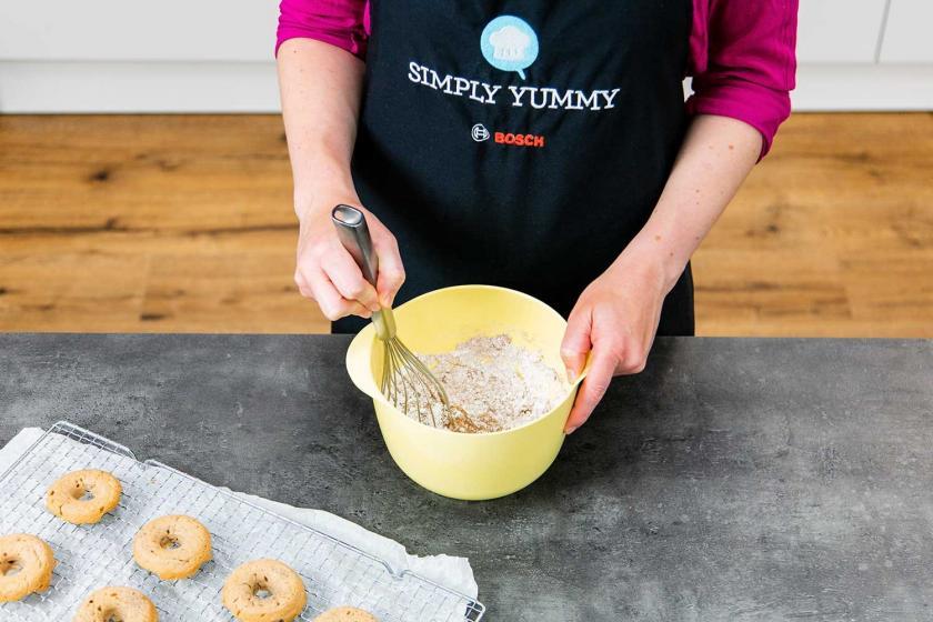 Für  die Lebkuchen-Donuts wird eine Glasur angerührt.