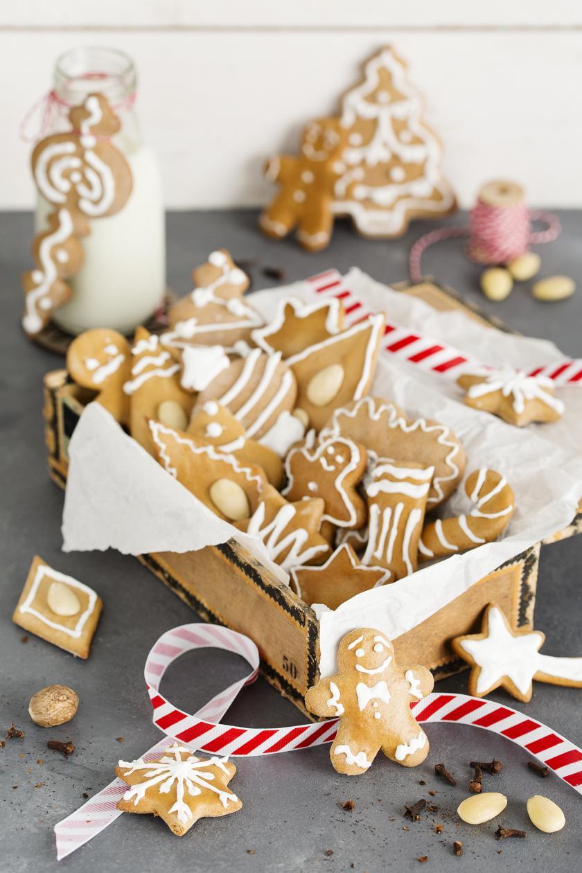 Lebkuchen in einer Kiste mit Weihnachtsdekoration angerichtet.