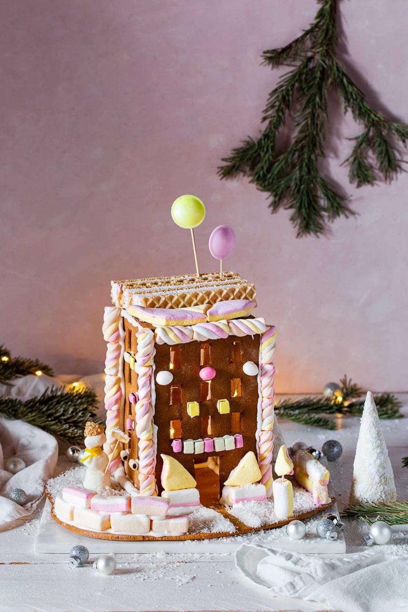 Lebkuchen-Hochhaus in weihnachtlichem Setting.
