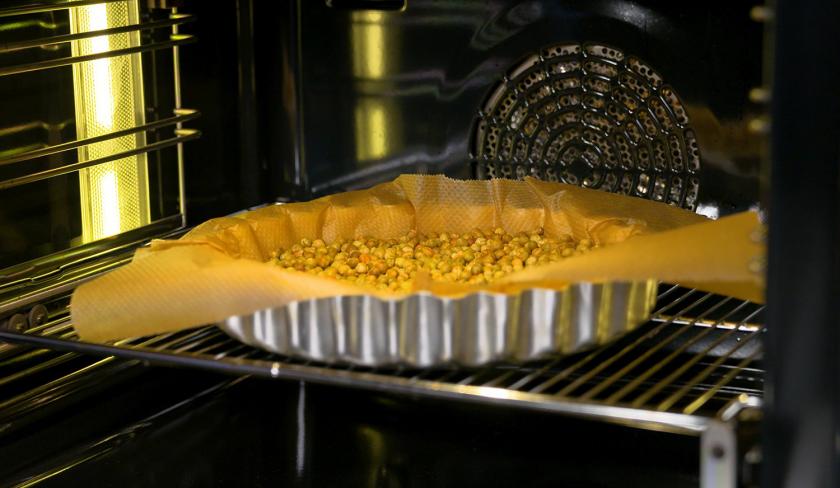 Der Boden der Lemon Curd Tarte mit Balsamico-Kirschen wird blind gebacken.