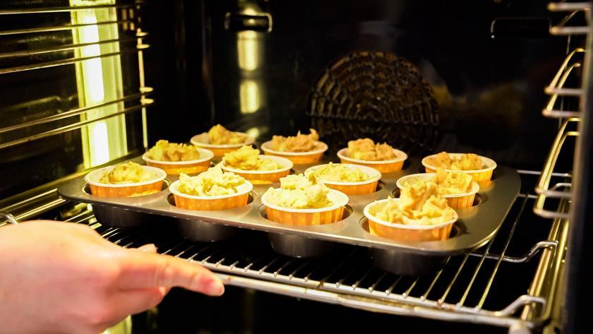 Low Carb Apfelmuffins werden in den Ofen gegeben.
